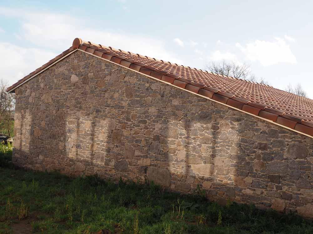 Réalisation de mur en maçonnerie de pierre et couverture tuile
